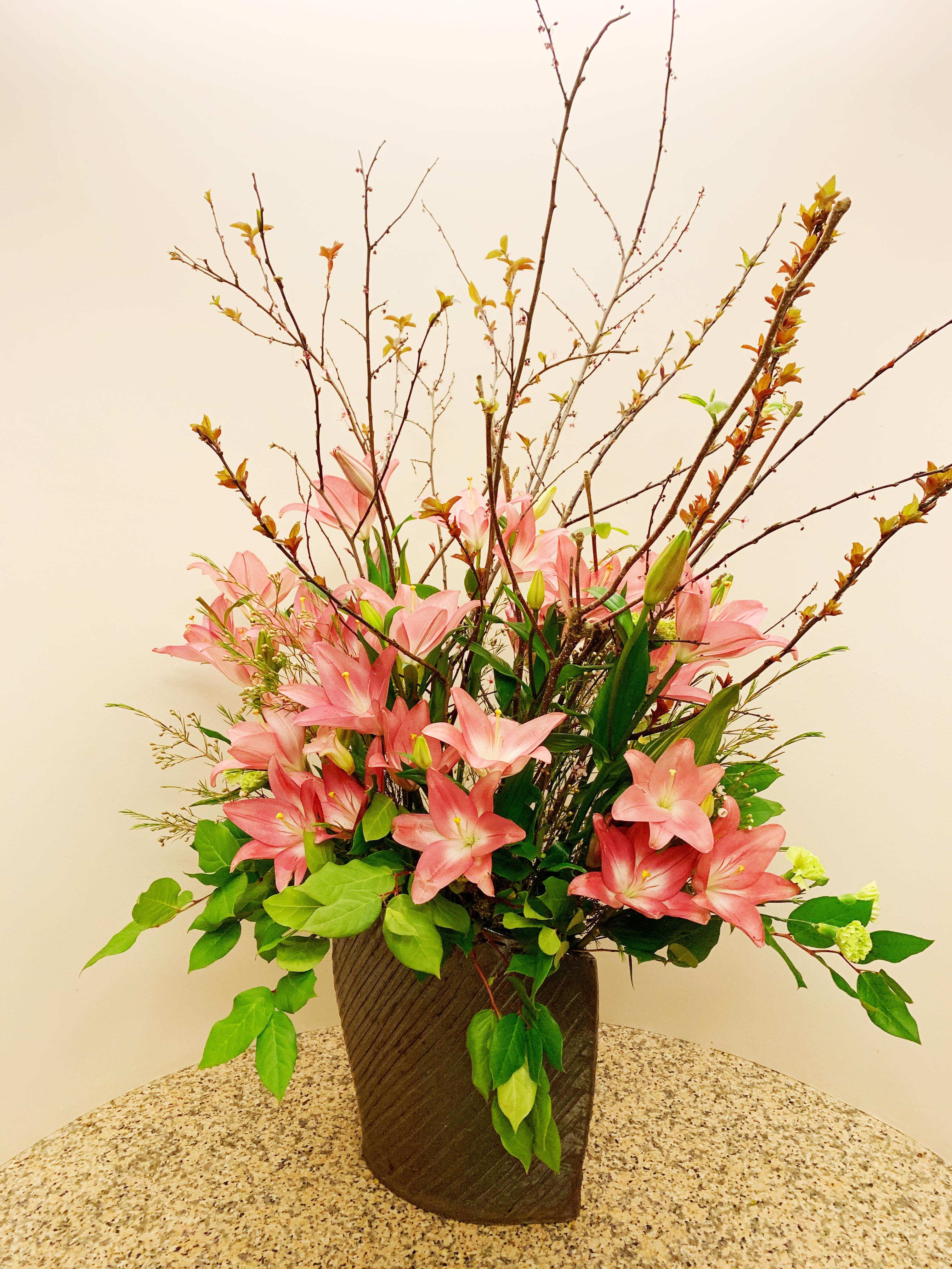 エントランスの綺麗なお花と私のおすすめミニマリストさん。